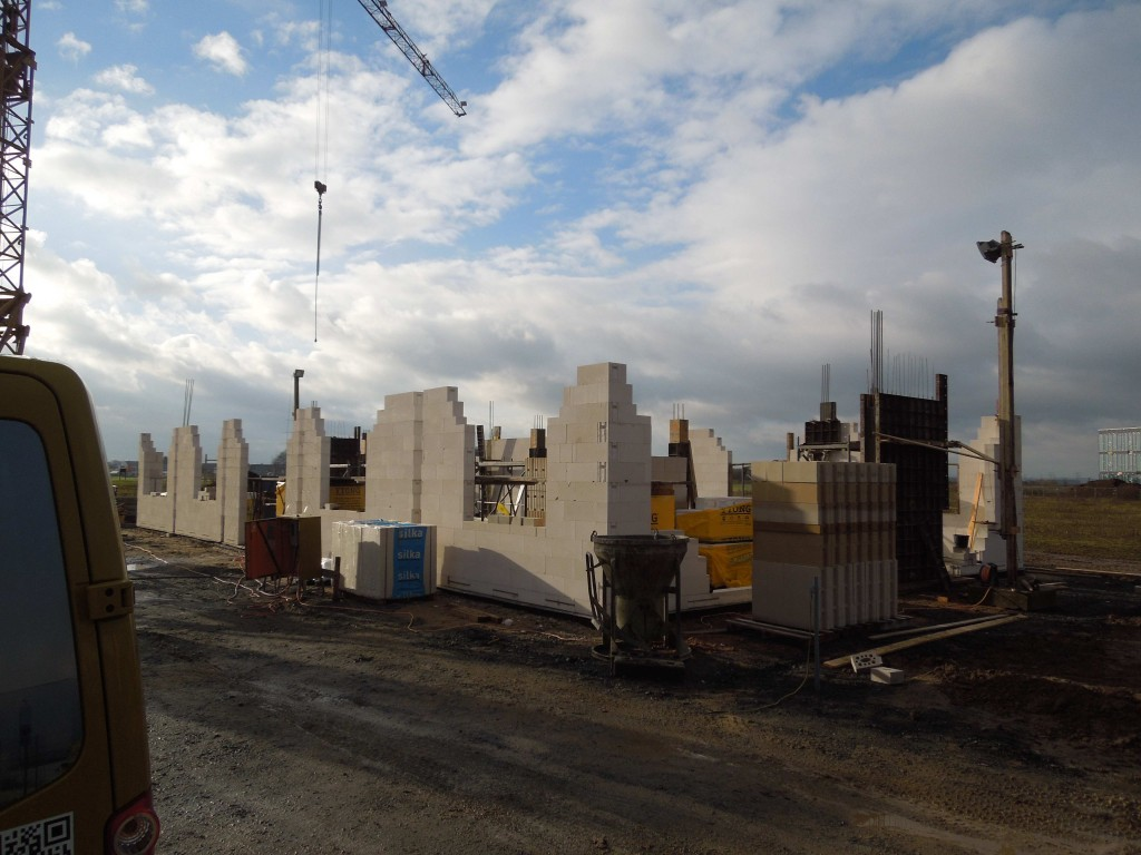 Mauerarbeiten am Erdgeschoss des Neubaus der MicroControl GmbH & Co. KG fast fertiggestellt